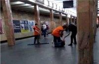 В киевском метро 23-летний полицейский дубинкой избил мужчину (ФОТО)