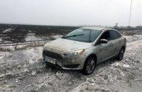 На Днепропетровщине спасатели помогли гражданину США, чей автомобиль застрял в сугробе