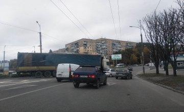 В Днепре на Тополе -2 легковушка влетела в фуру (ФОТО)
