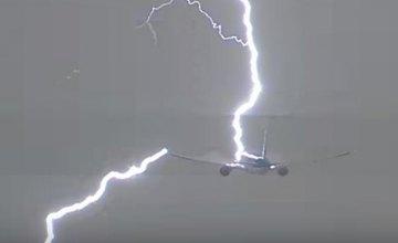 В аэропорту Амстердама молния попала в Boeing (ВИДЕО)