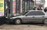 В Днепре на ул. Калиновой иномарка вылетела на обочину и врезалась в магазин (ФОТО)