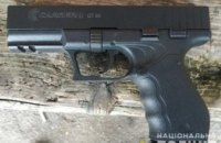 На Днепропетровщине у мужчины на остановке изъяли боевой пистолет