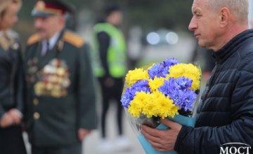 Акция памяти ко Дню освобождения Украины возле памятника 152 стрелковой дивизии в Днепре: как это было (ВИДЕО)
