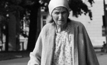 В Запорожье старушка 3 дня ночевала под дверью своей квартиры
