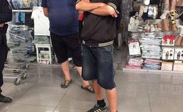 В Днепре двое мужчин украли тележки из супермаркета