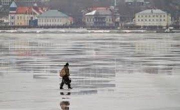 В Днепре эвакуировали рыбака со сломанной ногой со льда