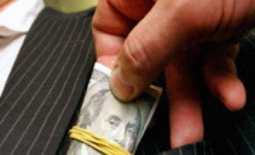 В Днепропетровской области сотрудника налоговой службы задержали в собственном авто за взятку