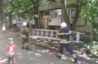 В Синельниково спасатели помогли женщине попасть в квартиру, где взаперти оказался ее малыш