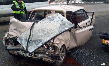 В Днепре столкнулись грузовик и легковушка: есть пострадавшие