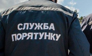 В Киеве ребенок во время игры застрял между гаражом и деревом