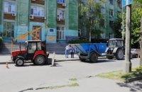 Комунальники Дніпра проводять профілактичне чищення дощоприймачів