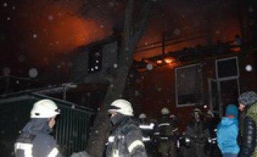 В Днепре на Исполкомовской спасатели всю ночь тушили жилой дом (ВИДЕО)