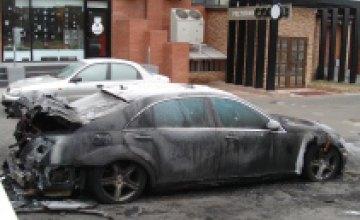 В центре Днепропетровска возле ресторана «Союз» неизвестные облили бензином и подожгли автомобиль «Mercedes»