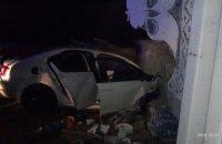 На Днепропетровщине легковушка влетела в бетонную стелу: есть погибшие