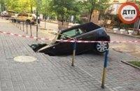 В Киеве под землю провалился припаркованный Mini Cooper (ФОТО)