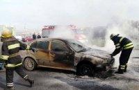 Во время пожара на территории шиномонтажа сгорела машина: есть пострадавшие