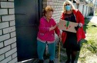 Более полутора тысяч «подвешенных» продуктовых наборов поехали к пожилым людям Днепра