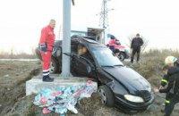 На Днепропетровщине легковушка вылетела в кювет и врезалась в рекламный щит: пассажирку вырезали спасатели