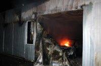 В АНД районе Днепра спасатели ликвидировали пожар на СТО: огнём повреждены четыре легковушки