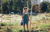Полив деревьев в Березовом саду на ж/м Левобережный-3 становится традицией (ФОТО, ВИДЕО)