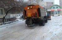 На выходных автодороги Днепра убирало более 80 единиц спецтехники: машины работают и сейчас
