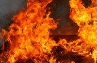 В Киеве во дворе жилого дома ночью горели 3 автомобиля