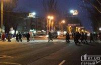 На Днепропетровщине люди перекрыли дорогу в знак протеста против повышения стоимости проезда в маршрутках