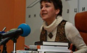 Оксана Забужко: «Люди, которые делают вид, что управляют страной, нас всех козлят!»