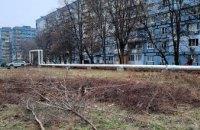 Сначала березы, теперь клены: на 12-м квартале уничтожают зеленые насаждения