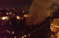 В Киеве спасатели около 4 часов тушили пожар на крыше многоэтажки (ФОТО)