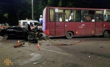 В Кривом Роге легковушка столкнулась с автобусом: есть пострадавшие