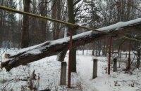 На ж/м Приднепровск уже неделю на газовой трубе лежит огромное упавшее дерево (ФОТО)