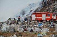 Под Днепром спасатели четвертые сутки тушат пожар на мусорном полигоне (ФОТО)