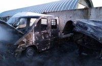 В Днепре дотла сгорели два микроавтобуса Mersedes (ВИДЕО)