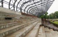 На стадионе Криворожской ДЮСШ №3 забетонировали зрительские трибуны