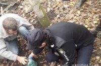 На Днепропетровщине обнаружили закопанные в землю банки с запрещенным веществом