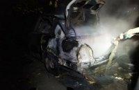 В Днепропетровской области возле многоэтажки загорелась легковушка
