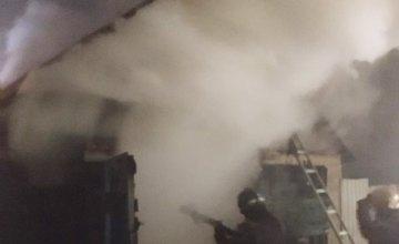 На Днепропетровщине загорелся гараж с автомобилем внутри