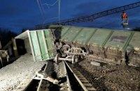 Ночью под Днепром перевернулись восемь вагонов поезда (ФОТО)