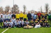 На построенном Днепропетровской ОГА стадионе в Петриковке провели первый футбольный матч (ФОТОРЕПОРТАЖ)