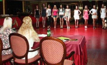 В первом этапе кастинга на конкурс «Мисс Днепропетровск 2012» было отобрано 14 девушек