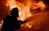 В Никополе рано утром горело заброшенное здание: пострадали два человека