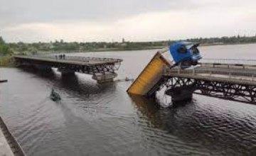 Мост провалился под фурой на Днепропетровщине: названа причина