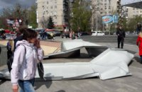 В Киеве возле метро «КПИ» ветер сорвал часть металлоконструкции здания нового ТЦ (ФОТО)