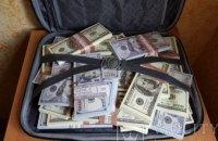Две женщины похитили у пенсионера 35 тыс. гривен и 2,5 тыс. долларов США