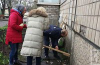 В Кривом Роге спасли собаку, которая застряла в щели между домами и просидела там 2 дня (ФОТО)
