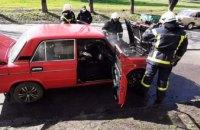 В Каменском на временной остановке загорелся автомобиль (ФОТО)