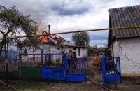 На Днепропетровщине спасатели полтора часа тушили пожар в пылающем доме (ВИДЕО)