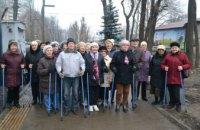 Пенсионеры прошлись скандинавской ходьбой по аллее на ж/м Тополь