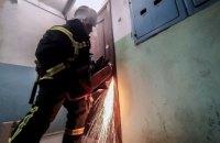 Ребёнок случайно закрылся в квартире: в Вольногорске спасатели бензорезом разрезали дверь